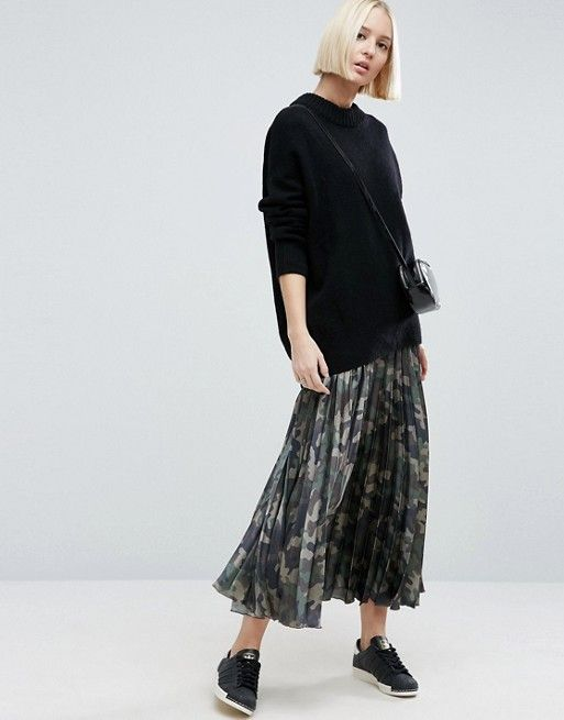 I love this camo pleated midi skirt paired with sneakers !
