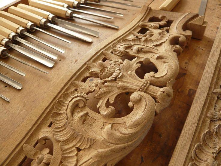 Sculpture sur bois et reproductions et propres créations du mobilier liegeois.