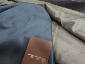 ● 暮れに向けて ロイヤル・ウイッシュを仕立てます  ロロピアーナ社の中でも 最上級素材となる ロイヤル・ウイッシュ こちらは根強い人気を誇っています  一年を通して着れる素材感 輝く光沢と艶 流れるようなドレープ性  非常に高級感があり どれを取っても 素晴らしい服地です