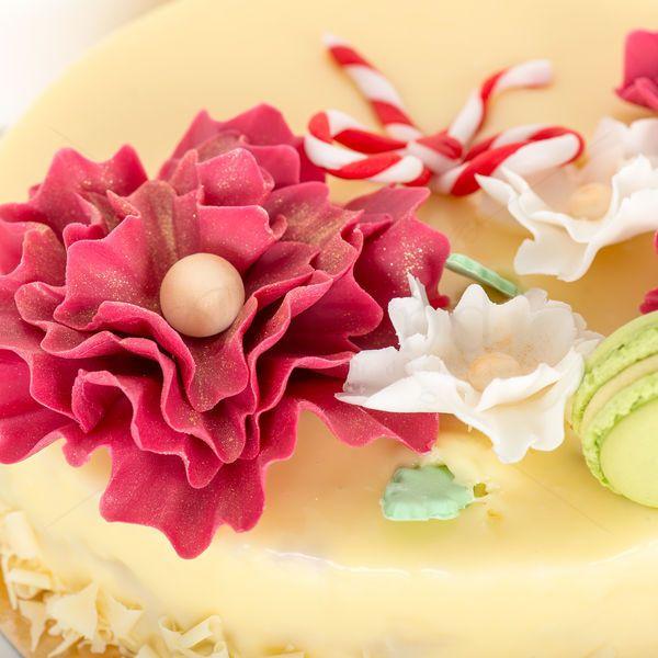 Femeile iubesc pe cat de mult florile, pe atat de mult dulciurile. Oferă-i-le pe ambele intr-un tort elegant si rafinat.