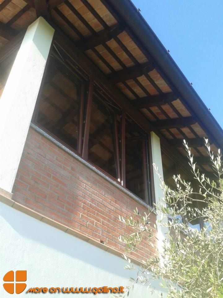 Con ampie vetrate in PVC è stata ricavata una veranda da un terrazzo coperto. Caratteristiche tecniche: profilo in PVC a 5 camere, vetro a controllo solare, facile pulizia e alta resistenza ai fattori atmosferici. Le finestre permettono di godere di una comoda veranda durante le stagioni fredde e di un ventilato terrazzo durante le stagioni calde. www.gollino.it