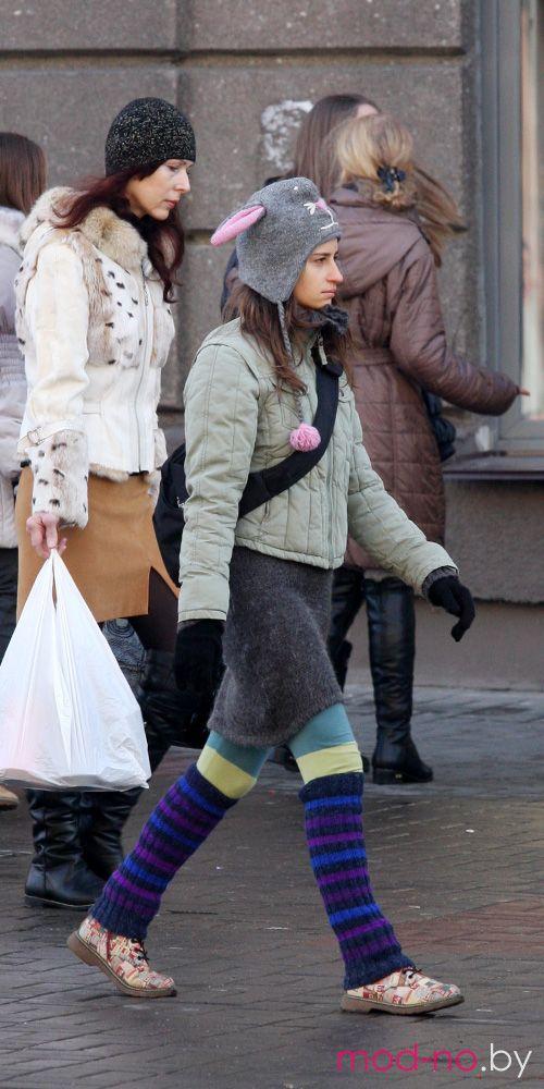 Уличная мода в Минске. Ноябрь 2012 (наряды и образы на фото: серая шапка, трикотажные полосатые разноцветные гетры, чёрные перчатки)