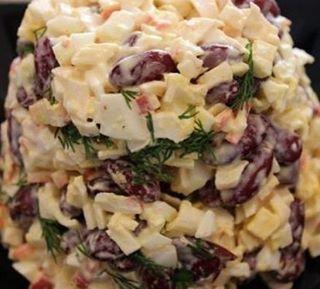 БЫСТРЫЙ САЛАТ С ФАСОЛЬЮ и крабовыми палочками (105 ккал/100 гр) Ингредиенты: - фасоль красная в собственном соку 200 гр - 2-3 вареных яйца - крабовые палочки 200гр - сметана, соль, перец, зелень. Приготовление: С фасоли слить сок. Крабовые палочки, яйца и зелень мелко порезать. Затем все смешать, посолить, поперчить по вкусу и заправить сметаной. Салат готов! Приятного аппетита #salads #салаты #рецепты #рецептысалатов #кулинария #еда
