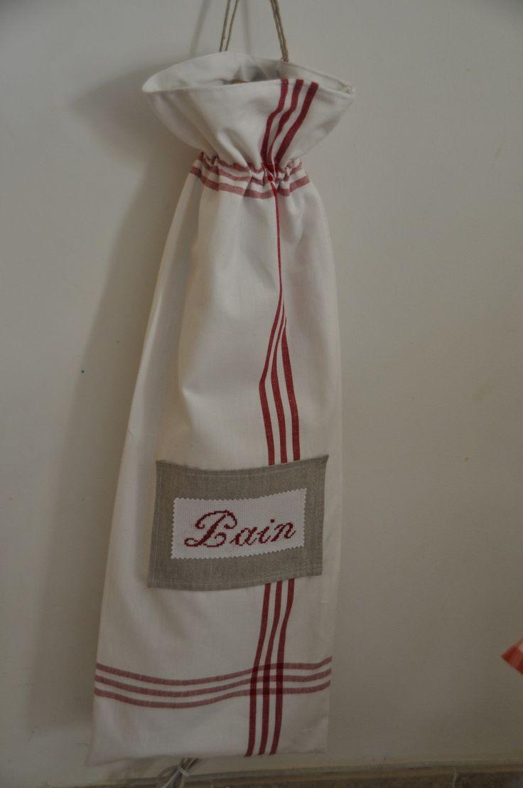 sac a pain. Tan usual en Francia guardar el pan en un saco de tela a medida