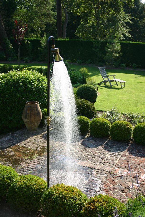 Eine kräftige Gartendusche. Die alten Backsteine fühlen sich super an, wenn man barfuß darüber läuft #gartendusche #backstein #boden