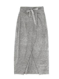 Atemporal e versátil, a saia longa é peça coringa do guarda-roupas. Esse modelo em malha de algodão com elastano possui transpasse e fenda frontal. Super moderna e prática, é a peça perfeita para combinar com blusas, camisas, blusões e jaquetas. Especificações: Cós com ilhós; Cadarço de algodão para ajuste; Pregas nas costas.