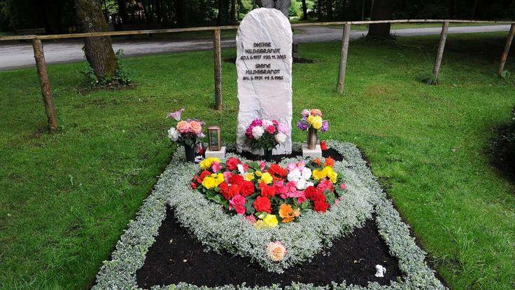 München - Nachdem die Friedhofsverwaltung den Stein auf dem Grab von Dieter Hildebrandt erst einmal verboten hatte, steht er nun doch in voller Pracht auf dem Neuen Südfriedhof. Seine Witwe ist erleichtert.