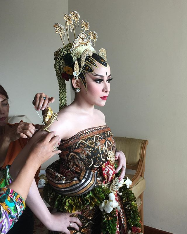 Jogjakarta Paes Ageng by Tienuk Riefki. This is one of Indonesia Traditional Wedding from Jogjakarta.  Wearing with Basahan or Dodotan in Sundanese, or with Kebaya.