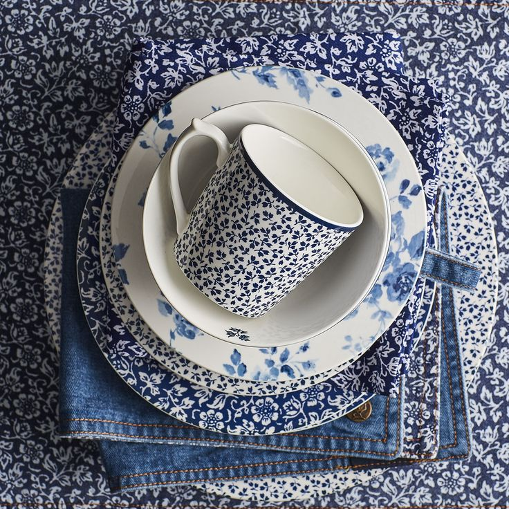 The Blueprint Collectables collection embraces a colour scheme that never goes out of style: blue and white The classic Laura Ashley stripes and floral designs flow seamlessly and together enhance the elegant look on the dinner table https://www.tafelenkeuken.nl/shop/laura-ashley.html