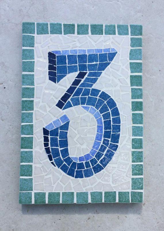 Plaque de numéro de porte ou dadresse, en mosaique sur bois. Dimensions : 19 x 12,5 cm; épaisseur : 12 mm. Se fixe soit par vis (invisibles, cachées sous la mosaique) soit par ciment-colle sur les murs en brique, ciment ou béton. Résiste aux intempéries, au gel et au soleil. Grand choix