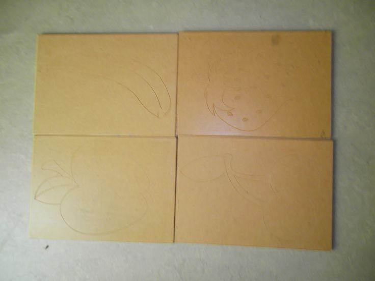 Toverplanken  Dit zijn plankjes waarin een tekening staat gegraveerd.  Je kleeft een blad op de plank en gaat er dan over met wasco. De tekening staat op die manier op je blad. Je kunt de plankjes op verschillende manieren gebruiken. Je kunt er zelf een raadspelletje van maken: wat zou ik nu toveren? Eerst een klein stukje, kun je het al zien? Maar je kunt de kleuters ook zelf laten toveren. Zeer leuke resultaten.