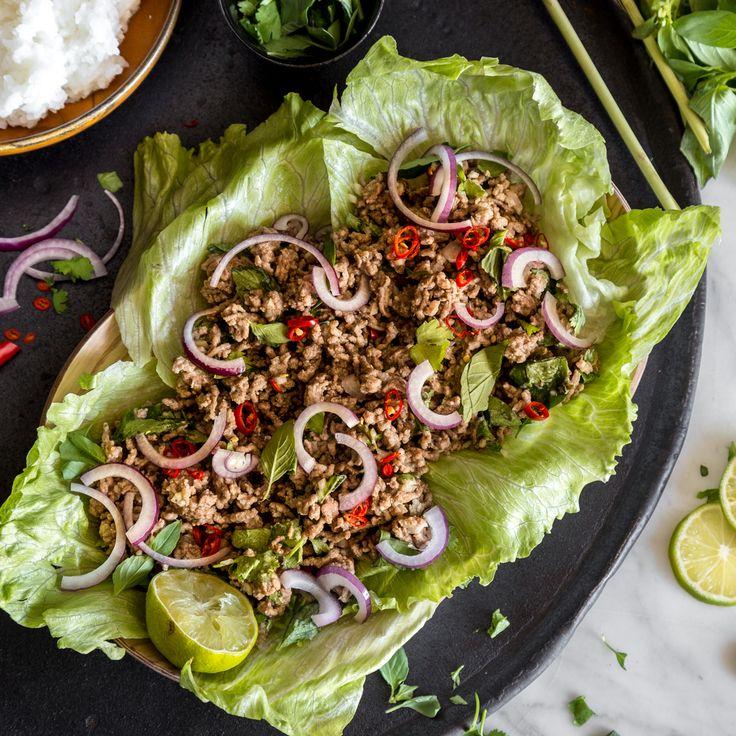 Das laotische Nationalgericht: lauwarmer Fleischsalat mit Koriander, Limette, Chili und Thai-Basilikum. Dazu gibt es köstlichen Klebereis.