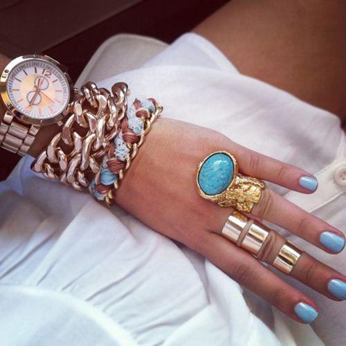 rings, combineer de turquoise ringen met verschillende accessoires zoals een horloge, armbanden en kleine ringen