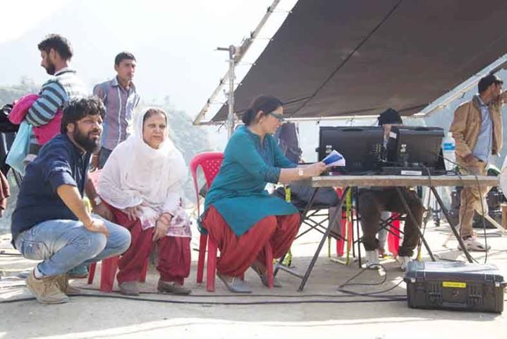 Archana Puran Singh (reading script) local actress Susham Sharma and Sanjay Amar during the shooting of Bollywood film Goggles of Rajesh Khanna at Bani.
