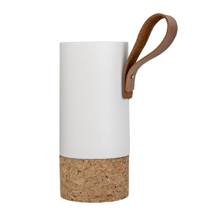 Vase design en porcelaine blanche, liège et cuir, de la maison @bloomingville (marque de décoration scandinave). Un bel objet déco qui trouvera sa place dans un intérieur contemporain. Le vase est en vente sur l'eshop déco de @bonjourbibiche #wishlist #salon