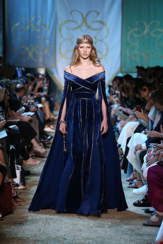 Dieses Haute Couture Kleid gefällt mir. Sieht irgendwie mittelalterlich aus