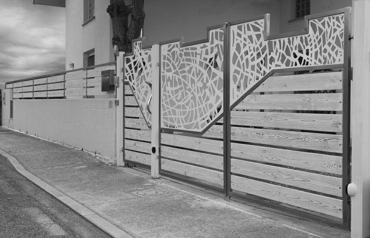 Cancello moderno in acciaio inox finitura satinata con lamierato in acciaio verniciato e legno di pino sbiancato con vena a vista.
