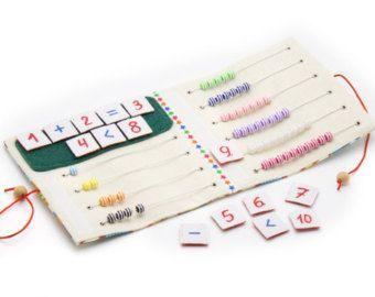Libro activo tranquilo de tela se recomienda para niños desde 1 año de edad. Se compone de 7 fichas. En cada una de 12 páginas hay diferentes tipos de cierres: -Velcro -Botones -Perillas -Los cordones -Cremallera -Pins -Hilo La tapa dura del libro activo tranquilo también contiene elementos en vías de desarrollo en Velcro, mini laberinto con una mariquita, botones y cintas. Puede introducir cualquier título de la obra. Libro desarrollo textil es sujetado por un montón de puntos de sutura…