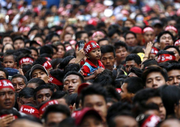 20170726  Un niño destaca entre las cientos de personas que aguardan frente al Mausoleo de los Mártires con motivo de la celebración del 70º Día de los Mártires, en Rangún (Birmania). El Día de los Mártires conmemora a los nueve héroes de la independencia del país. LYNN BO BO EFE