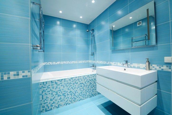 Cool Blau, Modernes Badezimmer Mit Weißen Waschbecken Und Komplett  Gekachelte