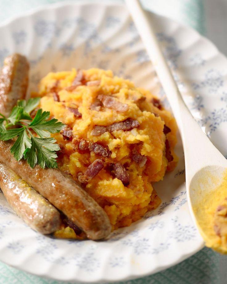 De perfecte winterkost, als je't ons vraagt! Wortelstoemp met krokante spekjes, heerlijke chipolata worstjes en daar nog gebakken uiringen bij. Genieten!