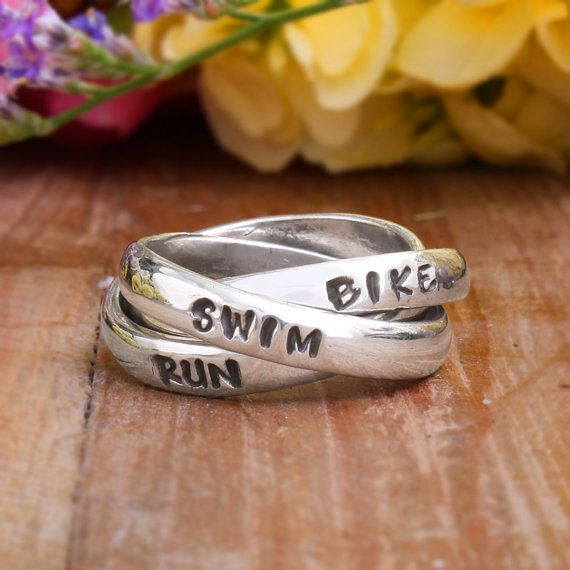 Runner's Ring – dreifach Band Hand gestempelt Sterling Silber Ringe für Läufer. Personalisierte Runner Schmuck. Triathlon-Ring.