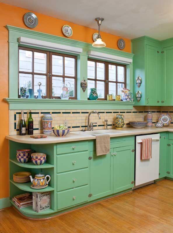 Die Verwendung von historischen Farben zeigt sich in der Küche des restaurierten Bungalows aus dem Jahr 1906 …