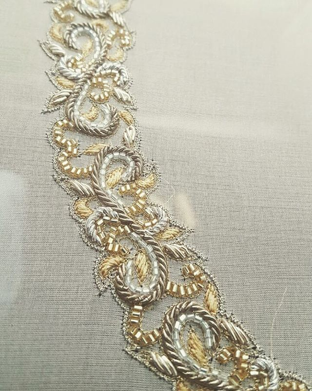 Details  Gold and silver dabka and cutdana embroidery  #perniaqureshi #perniaqureshilabel #perniaspopupshop #bestylish #shopnow #amrapali #details #embroidery #handembroidery #gold #silver