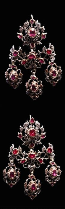 "*Pair of ears ""chandeliers"" of the 18th century ruby ​​earrings. Sumptuous and very rare pair of earrings Type ""candelabra"", articulated in three parts. The lower part consists of three tassels. These earrings, extremely dramatic, were intended for use in court. The weight was, generally, supported by the wig to which they were attached by means of a tape.   Italian work from the mid-18th century.  65 x 35 mms"