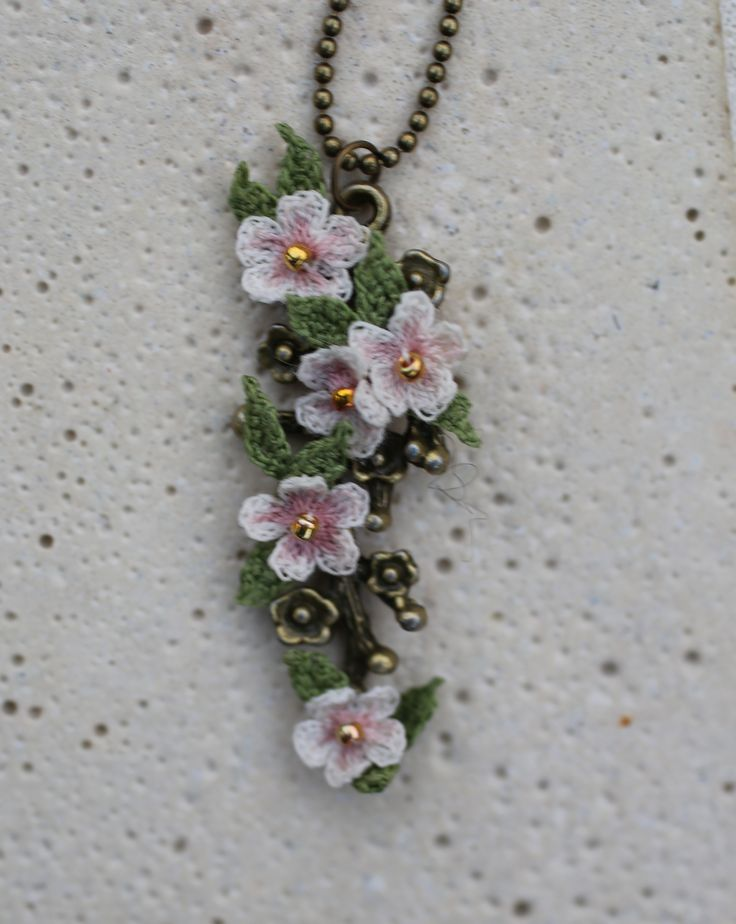 Crochet jewelry. Lora Zaitseva. //  LOVELOVELOVE THE WHITE FLOWERS!!!  A