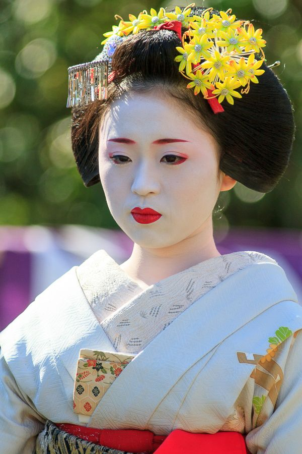 A senior maiko at a garden tea ceremony event. From The photo diary by Canon.
