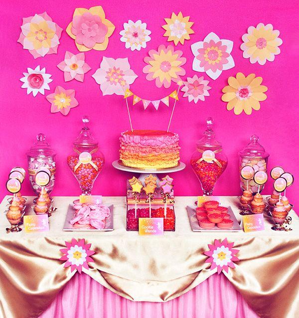 Fondo de mesa de postres decorado con flores de papel seda.