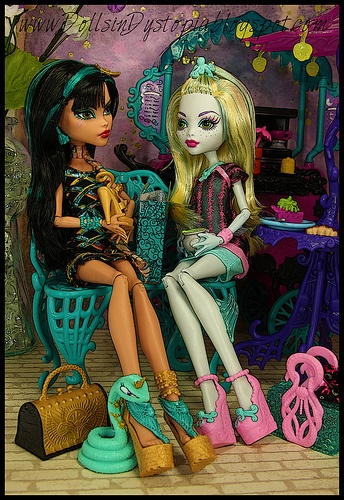 Monster High cute little set up for the Scaris dolls. The blonde in pic.