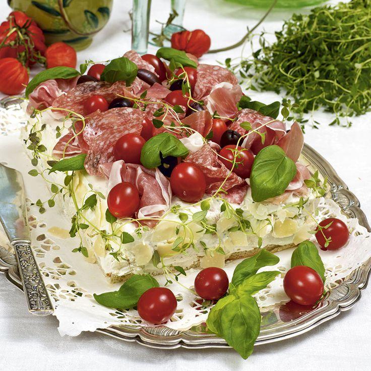 En italiensk smörgåstårta med lufttorkad skinka och ricottaost passar bra på buffén.