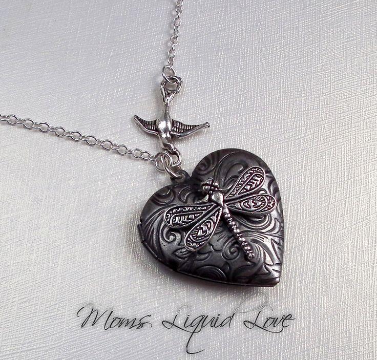 Een sterling zilveren ketting met een zilveren zwaluw houdt met sterling zilveren ring een gedetailleerde libelle vast, die ik op een zilveren vintage geïnspireerde bloemen medaillon heb gemonteerd.  as sieraden, moedermelk sieraden, as sieraad moedermelk sieraad