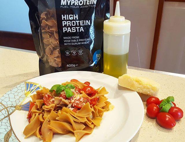 High Protein Pasta con Pomodorini, olio, Parmigiano e basilico. La ricetta su Instagram!