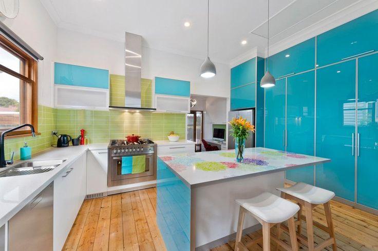 55 идей кухонь с островом (фото) http://happymodern.ru/kukhni-s-ostrovom/ Светлая кухня с обеденной зоной в виде острова