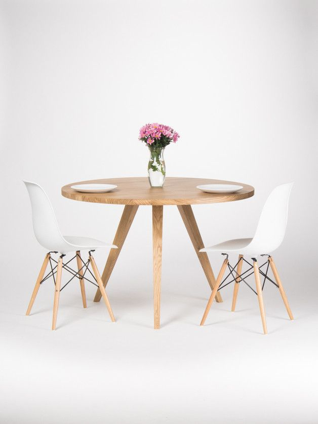 Runder Küchentisch aus Eichenholz mit schöner Maserung, einzigartige Einrichtungsidee für Deine Küche // interior design for your kitchen: round kitchen table made from oak - made by Mo Woodwork via DaWanda.com