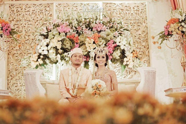 Modern Sundanese Wedding of Hallida and Gusti at Balai Sudirman, Jakarta. Kebaya from Ferry Sunarto and siger from Sanggar Ekayana - #kebaya #kebayamodern #indonesia #ferrysunarto #designer #designerindonesia #pernikahan #weddingwww.thebrideedpt.com
