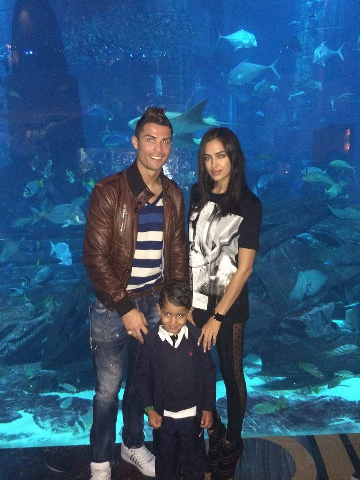 "#Cristiano Ronaldo de férias com #Irina Shayk e o filho: ""Enjoying some family time in the aquarium."""