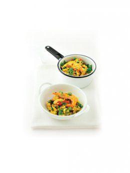 Curryrijst met kip en roze garnalen