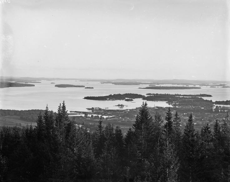 Maisema Puijolta. Kuva on otettu vuosina 1890-1893. Kuvattu kaupungin yli kaakkoon. Finland