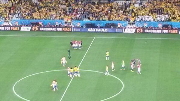Reclamos al arbitro por jugadores de Croacia
