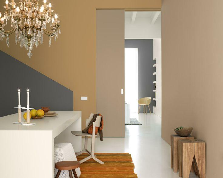Osez l'orange brûlé pour une touche de charme et de chaleur. Les nuances chaudes et rustiques de brun et d'orange de cette salle à manger sont ravivées et modernisées par le sol blanc glossy et les aplats gris ardoise.