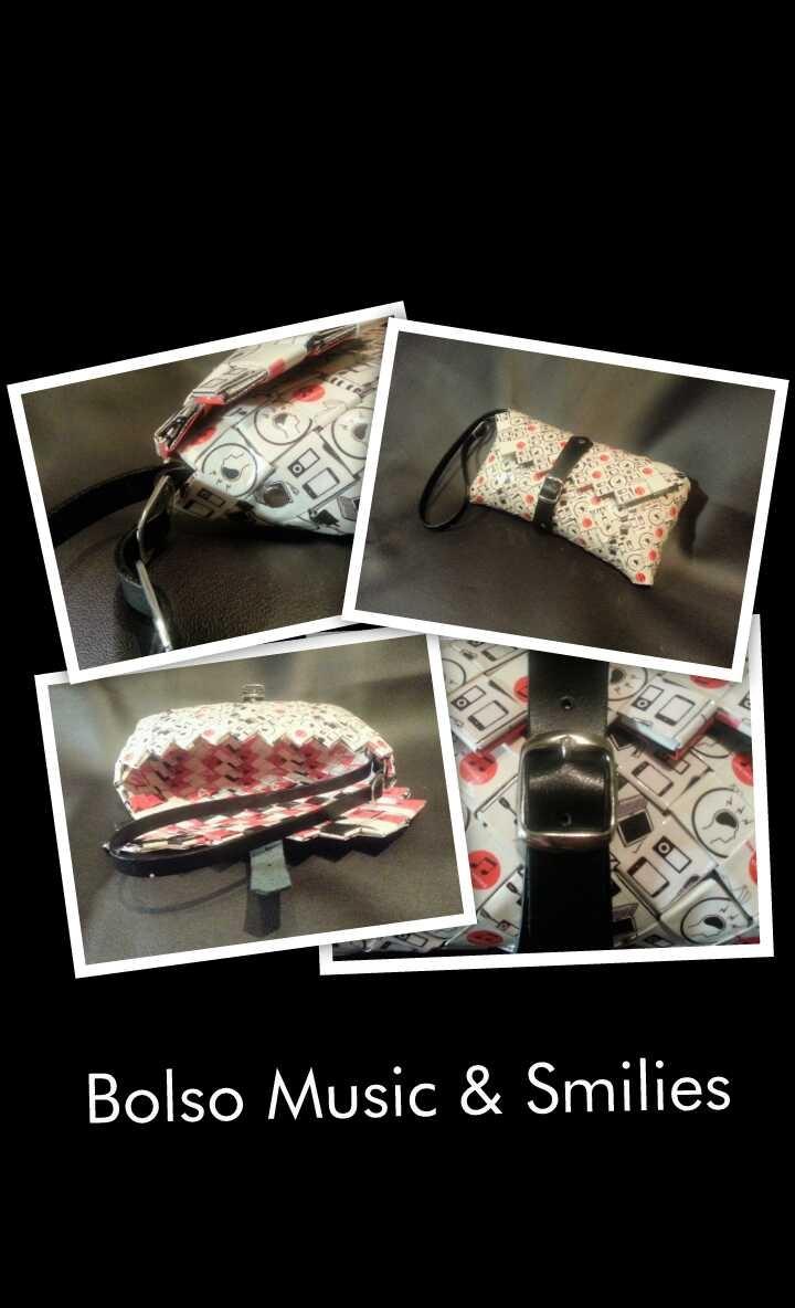 El Bolso Music & Smilies es una bolso de mano con cierre de hebilla y correa de cuero adornada cinturones anillas de refresco de cola. Sus medidas son 20 x 9, 5 x 2 cms. (largo x alto x ancho)