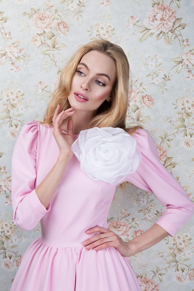 Платье «Леди Ди»розовое — 24990 рублей, Брошь «Цветок маленький»— 8990 рублей