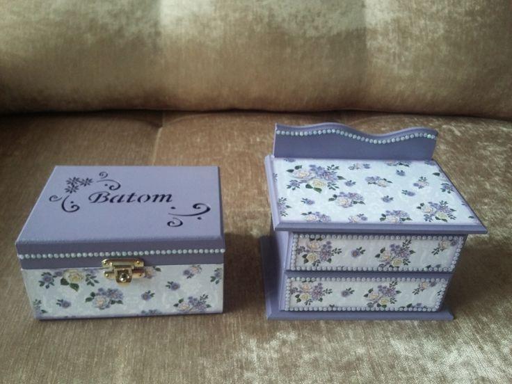 Caixa para batom de MDF, decorada com papel de scrapbook e aplicações de strass.  Linda e delicada para organizar seus batons ou presentear.