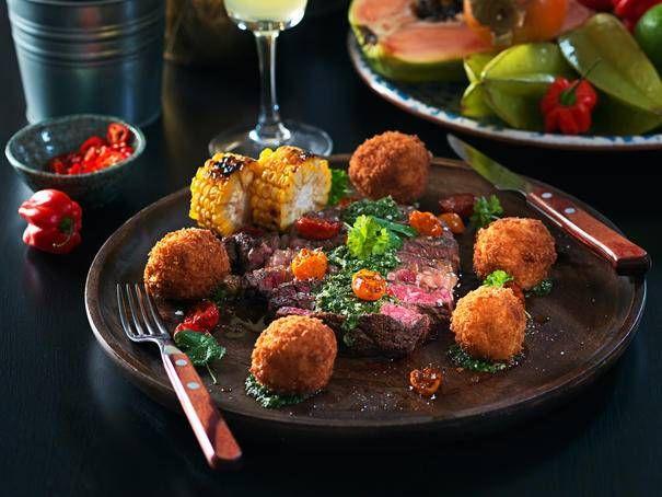 Grillad entrecôte med långbakade tomater, chimichurri samt och potatis- och majskroketter. En härlig rätt som kan avnjutas med familj och vänner! Sån smakexplosion!