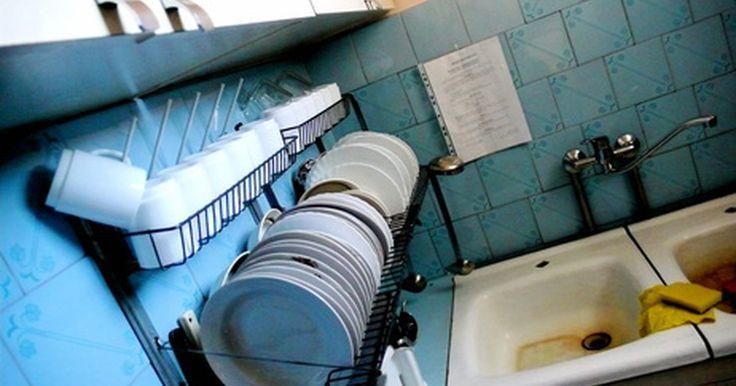 Como fazer um armário para a pia da cozinha. Se você estiver atualizando a cozinha com novos armários e laminados, faz sentido adicionar uma nova pia. A construção de uma carcaça de pia é menos tedioso do que fazer armários porque é um espaço oco que mantem o encanamento com o espaço para a lata de lixo. O truque é cortar o buraco de abertura do tamanho certo. Esse projeto levará uma semana ...