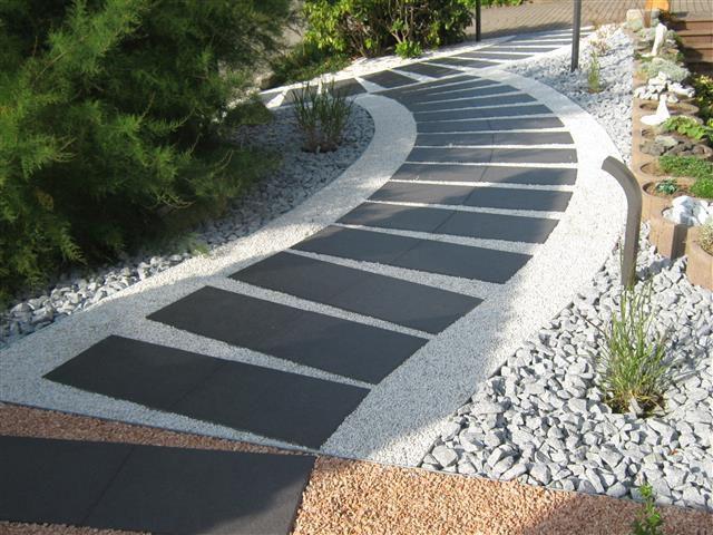 Die Belgische Schwarz-Basalt als Gartenweg im Format 60x40 cm.